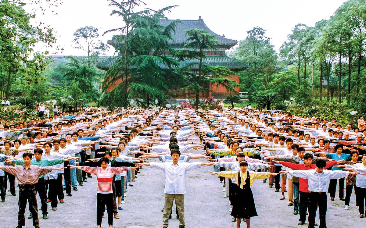 迫害之前的1998年,四川成都法輪功學員集體戶外煉功的場面。(明慧網)
