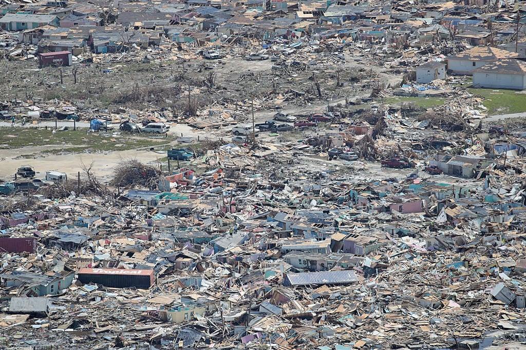 阿巴科島(Abaco island)綿延數公里的街區嚴重淹水,翻覆的船隻與貨櫃像玩具般散落各處,許多建築牆壁倒塌、屋頂被掀飛。(Getty Images)