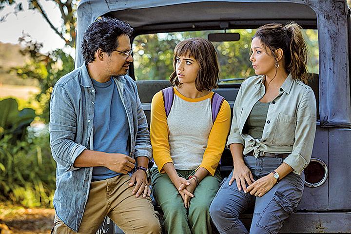 女主角朵拉的父母都是考古學家兼探險家,成長的過程中常跟父母一起探險。