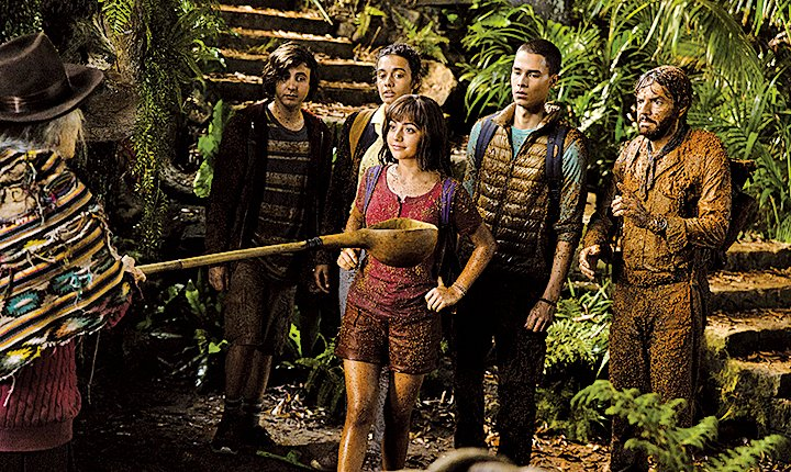 朵拉是位女探險家,因此校園生活不是故事重點,她與堂兄迪亞哥等人捲入一場叢林冒險,才是《愛探險的Dora:勇闖黃金迷城》真正的重頭戲。