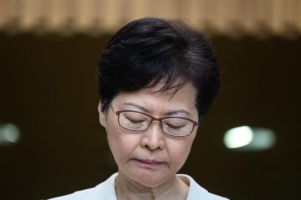 林鄭9月5日早再開記者會,澄清撤回修例等行動只為香港走出困局。然而,她在禮賓府與中共官員及建制派立法會議員會面時,卻洩露了「紅底」。(PHILIP FONG/AFP/Getty Images)