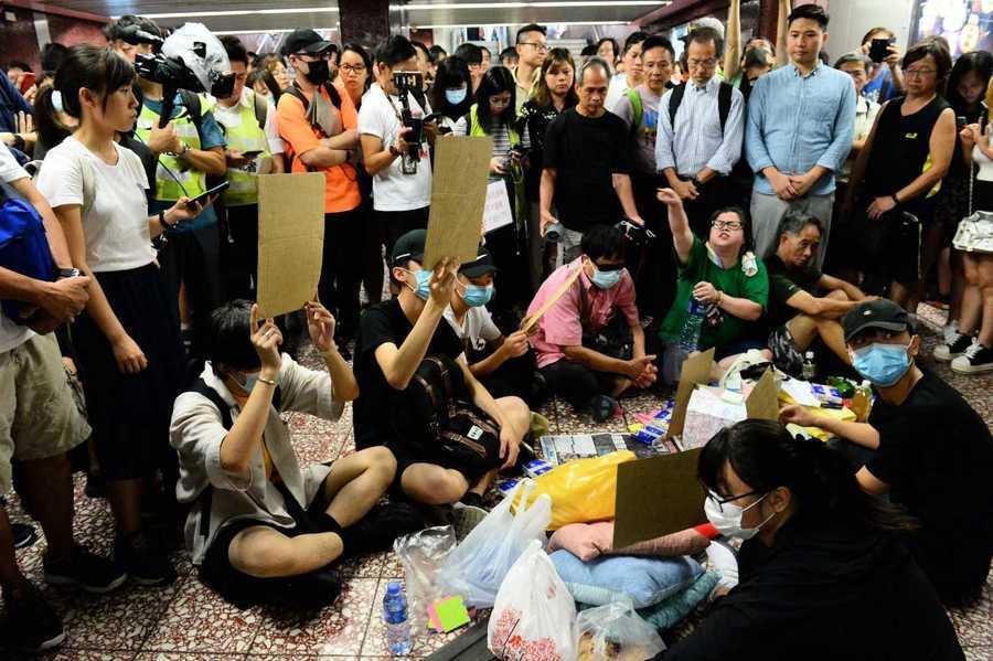 香港市民到太子站 跪求「831晚」真相錄像