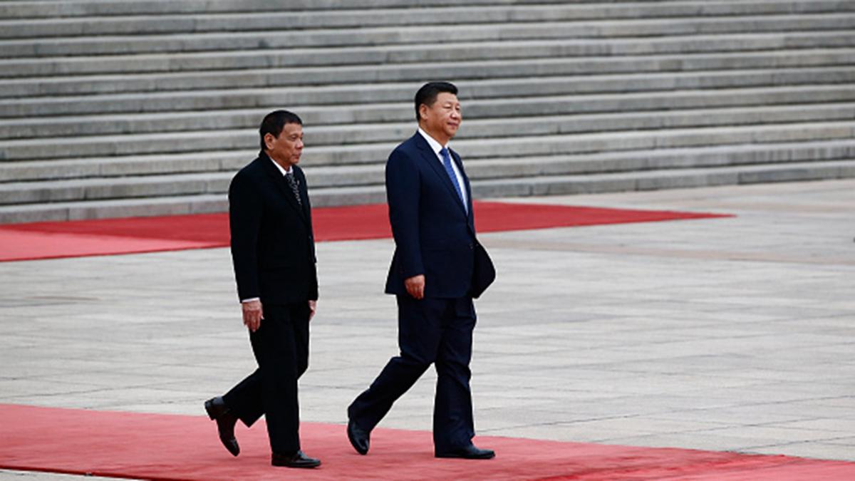菲律賓總統杜特爾特(左)上周訪問中國,並與習近平(右)會面。(Thomas Peter-Pool/Getty Images)