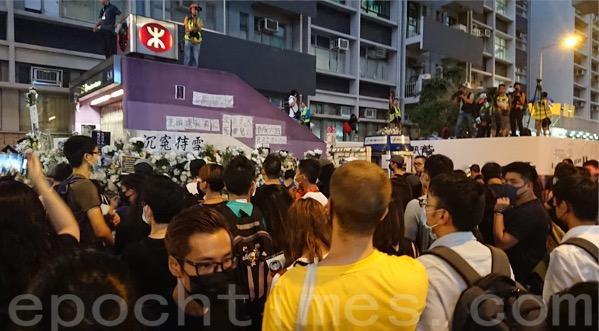 6日,鋼鐵關閉太子站後,市民轉到站外 ,以及旺角警署對開處聚集,抗議日前警方在太子站的暴力行為。(宋碧龍/大紀元)