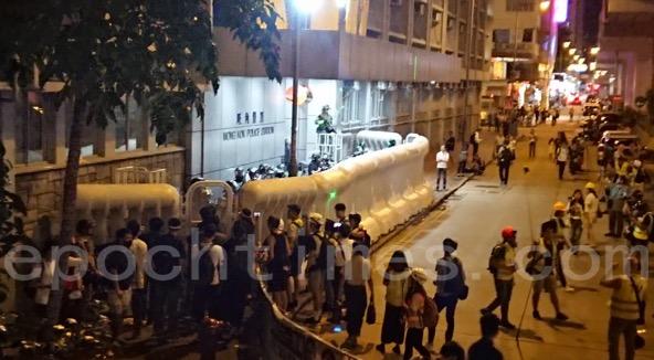 6日,鋼鐵關閉太子站後,市民轉到站外 ,以及旺角警署對開處聚集,抗議日前警方在太子站的暴力行為。(永如/大紀元)