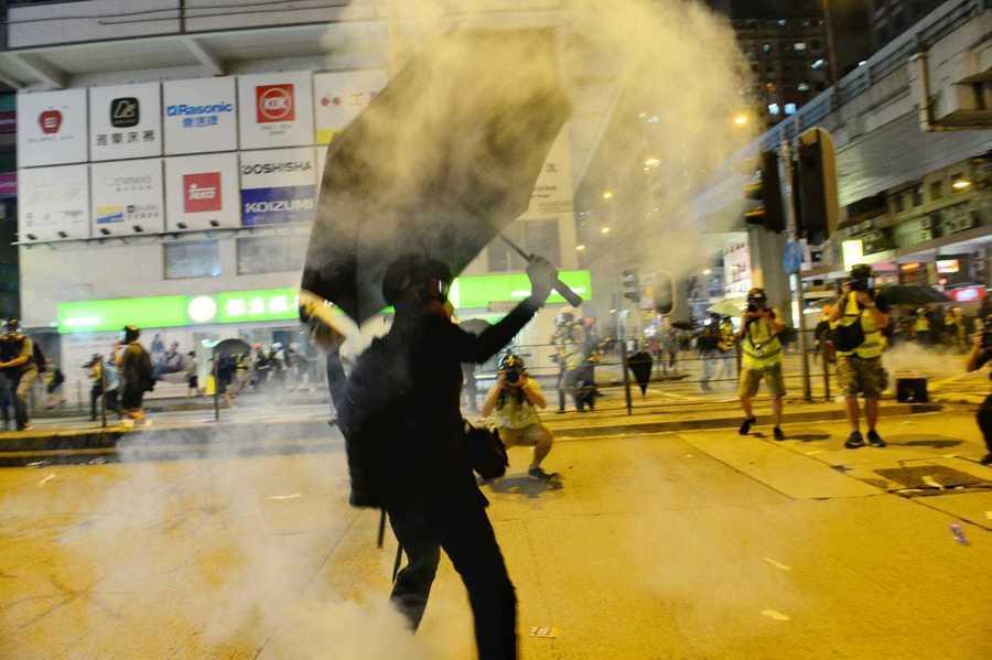 香港旺角警署向抗議人群發射布袋彈