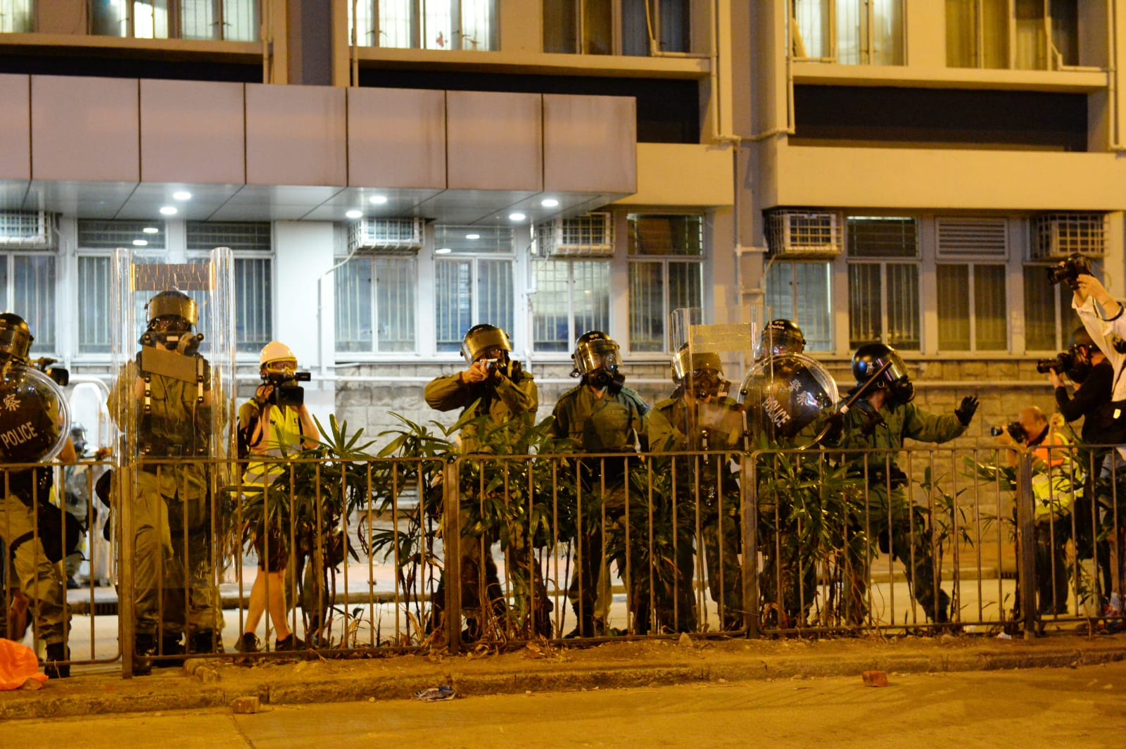 6日晚9點左右,旺角警署外的防暴警察向對開聚集抗議人群發射多發布袋彈。(宋碧龍/大紀元)