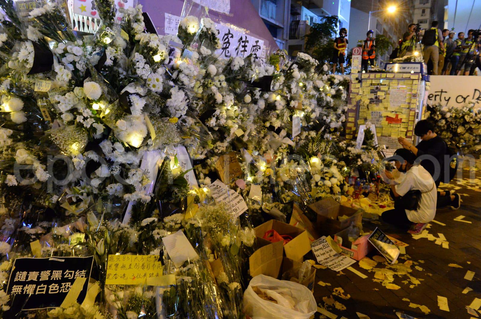 近日不斷有香港市民前往港鐵太子站口獻上花束,紀念831晚事件,6日晚聚集了更多的鮮花民眾。(宋碧龍/大紀元)