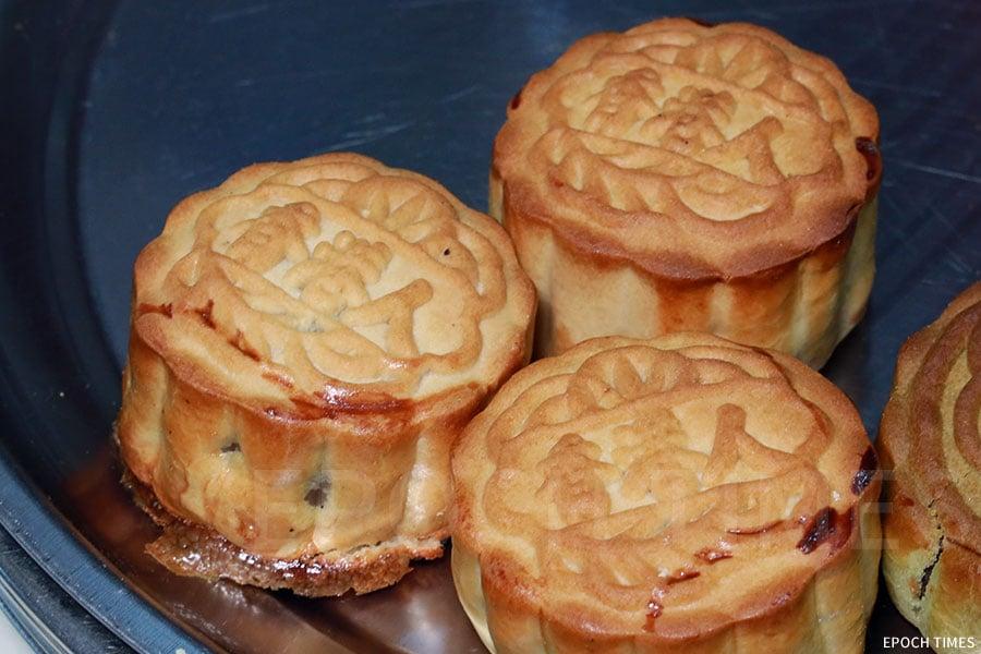 華爾登餅店推出的12款金句月餅中,以「香港人」金句月餅最受顧客青睞。(陳仲明/大紀元)