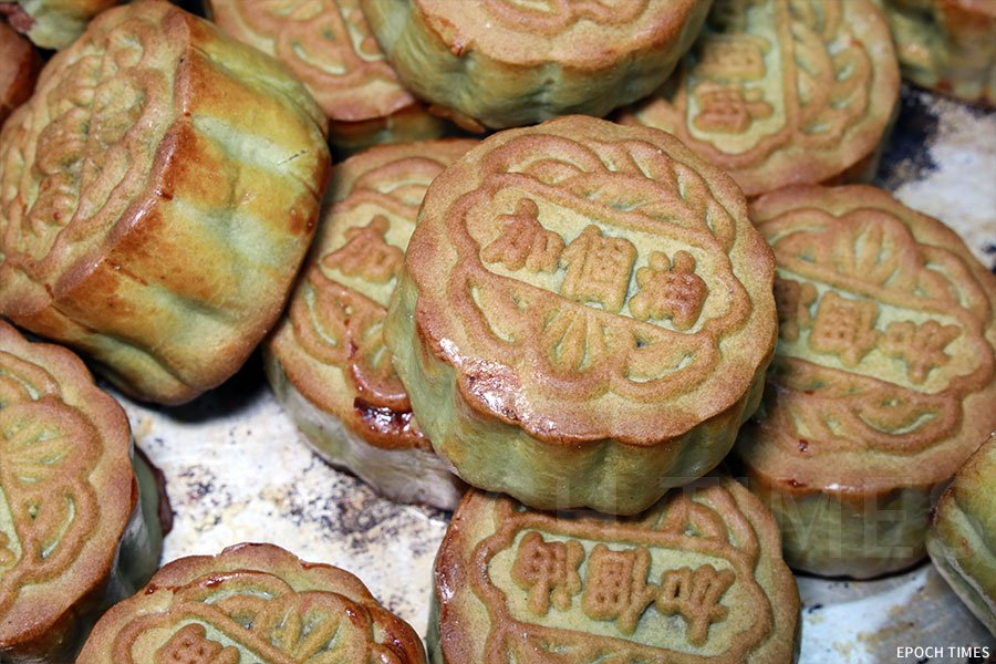 「加個油」金句月餅為綠茶蛋黃豆沙月餅。(陳仲明/大紀元)