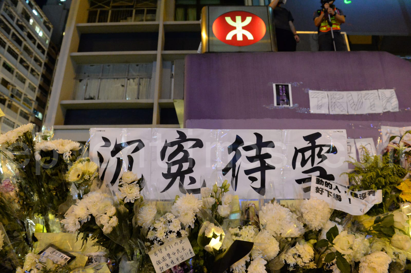 從9月1日以來太子站B出口不斷有市民擺放鮮花悼坊間盛傳8.31當晚已經在站內死去的市民。(宋碧龍/大紀元)
