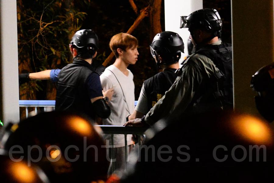 【快訊】傍晚警察闖東涌富東村 抓數名年青人