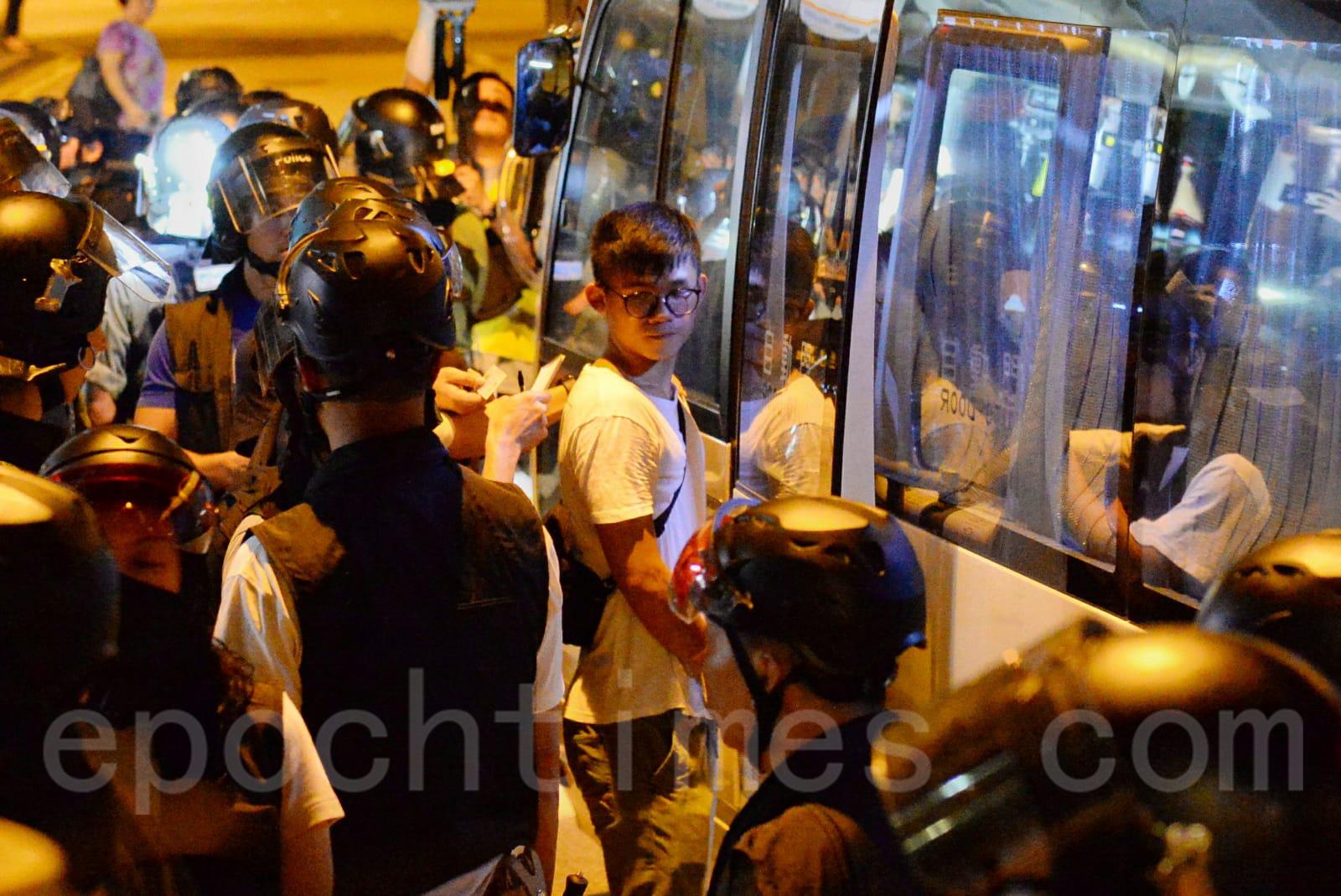 7日傍晚警察闖進東涌富東村 抓捕5、6年青人。(宋碧龍/大紀元)