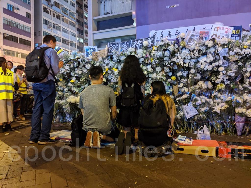 9.7港鐵太子站持續濃重悼念死去的冤魂,「生要見人,死要見屍」口號聲不絕。(黃曉翔 / 大紀元)