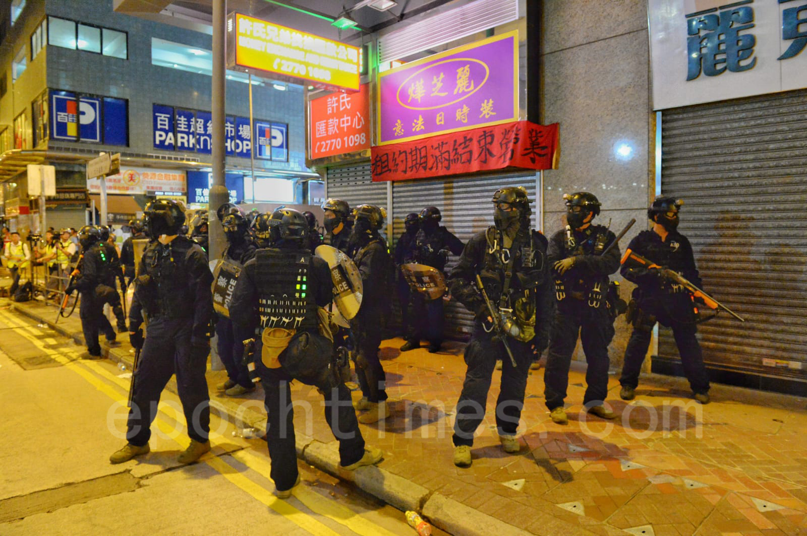 7日晚在旺角,太子站一帶,速龍粗暴抓捕示威者,引起眾怒,民眾奮起反擊,把速龍和防暴警察趕進警察體育遊樂會。(宋碧龍/大紀元)