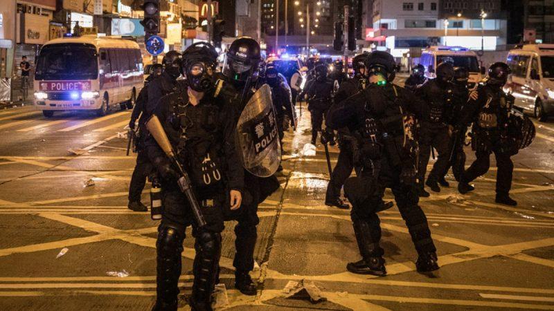9月6日晚,香港民眾到太子站聚集,警民對峙,警察發射布袋彈、催淚彈。 Chris McGrath/Getty Images)