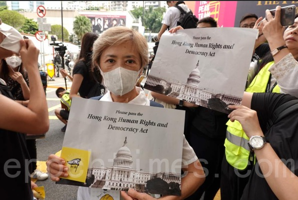 9月8日,香港著名藝人老牌歌手葉德嫻出席了從中環遮打花園至美領館的遊行,共同呼籲美國政府通過《香港人權與民主法案》。(余剛 / 大紀元)