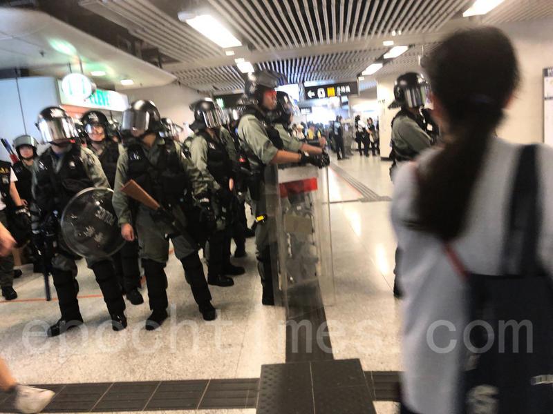 警民中環 金鐘站對峙  警中環站拘數人