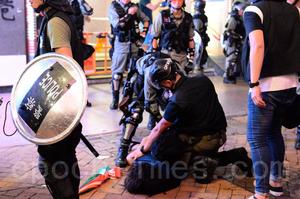 港警阻擾港人集會遊行 入夜多處清場拘人