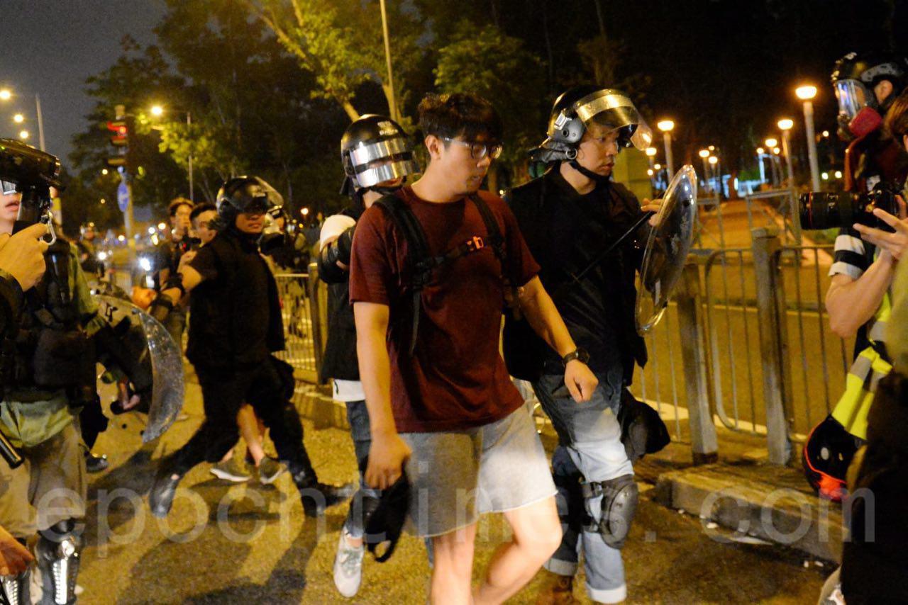 8日晚,在銅鑼灣,警方出動大批防暴警察清場,並拘捕多名民眾。(宋碧龍 / 大紀元)