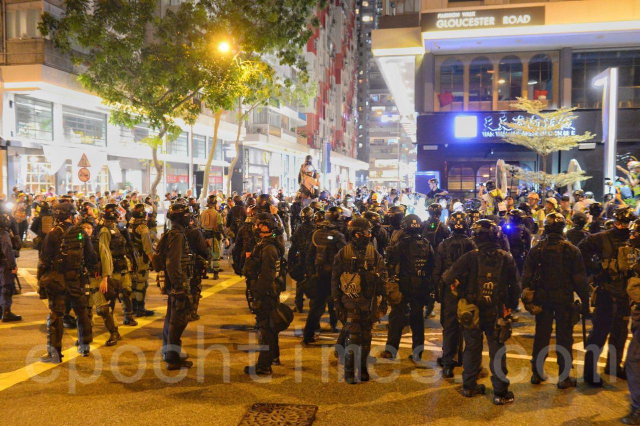 8日晚,銅鑼灣維園外的記利佐治街外有大量防暴警察和速龍小隊。(宋碧龍 / 大紀元)