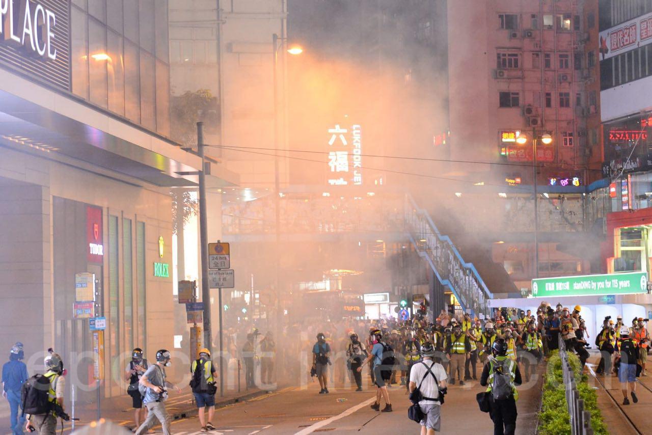 8日晚,警方在軒尼詩道射擊催淚彈。(宋碧龍 / 大紀元)