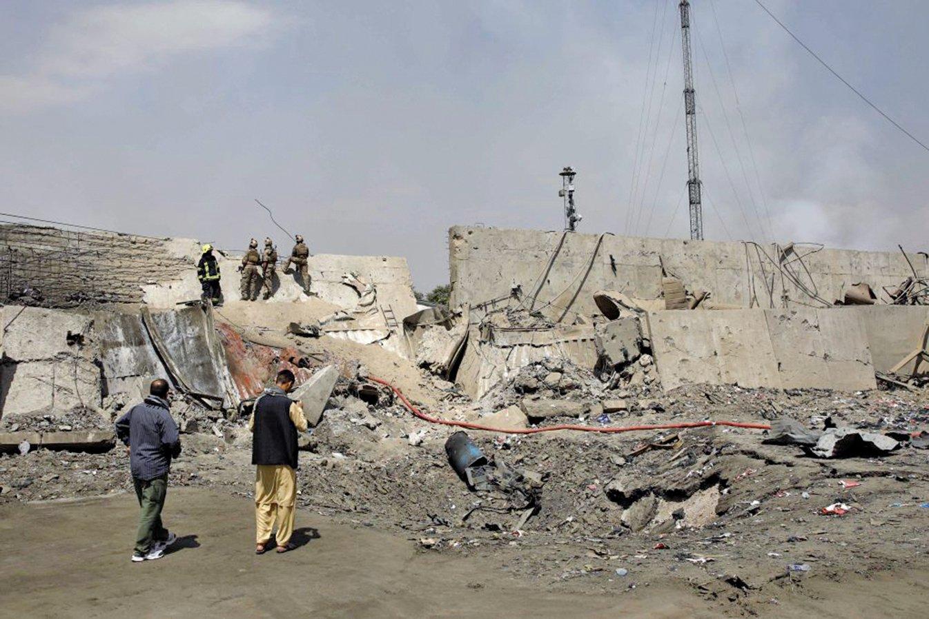 阿富汗首都喀布爾9月1日一輛裝滿炸藥的拖拉車爆炸,車子停在遍佈援助機構與國際組織的「綠村」牆邊。(AFP)