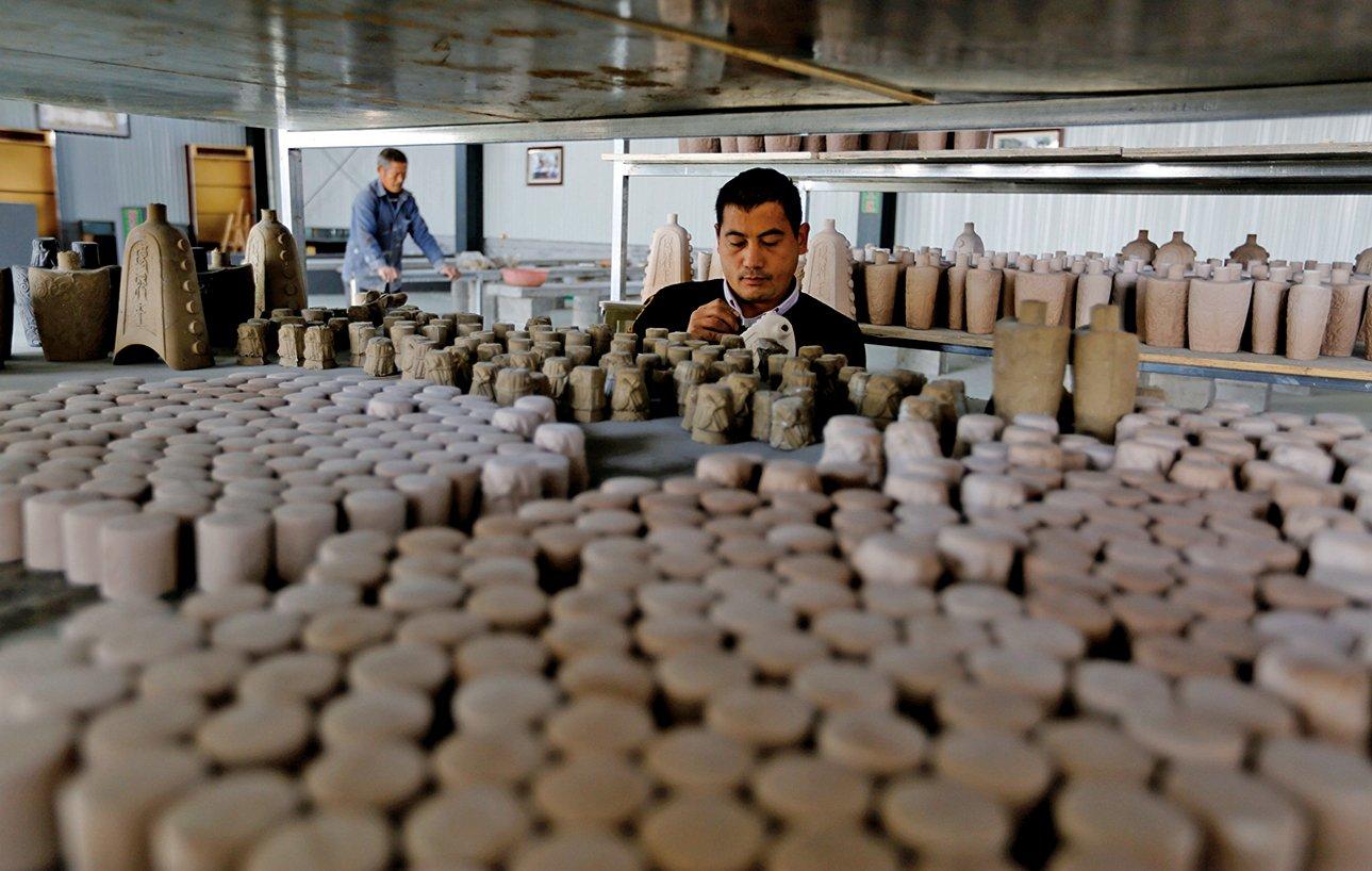 山東臨沂窯土資源豐富,農民變廢為寶,將其燒製成各色泥塑工藝品等。近期,當地環保運動中,大量陶瓷廠被勒令停工。(大紀元資料室)