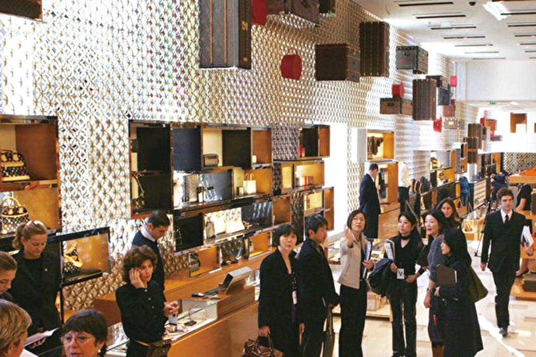 為了拉動經濟增長,中共引誘中國人多消費。圖為中國遊客在巴黎一家奢侈品商店。(Getty Images)