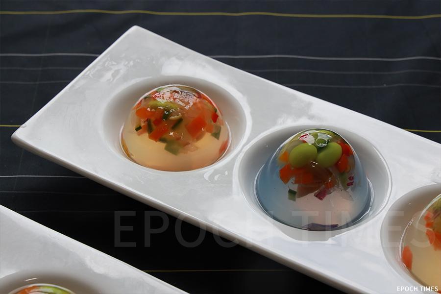 層次鮮明、顏色多彩、富含維他命的「五大素球」(素菜湯丸子)。(陳仲明/大紀元)