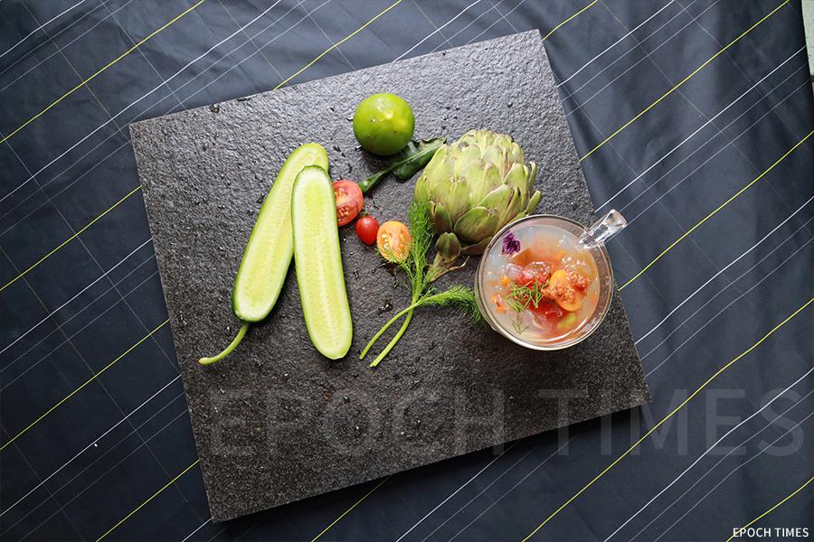 「五大素球」的部份製作食材,阿達形容他對健康也有「五大訴求」:低油、低鹽、低糖、高纖、新鮮。(陳仲明/大紀元)