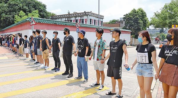 香港城市大學和浸會大學,從各自校園內開始組人鏈,人鏈在歌和老街上連結成一體,綿延幾公里,場面壯觀。(駱亞/大紀元)