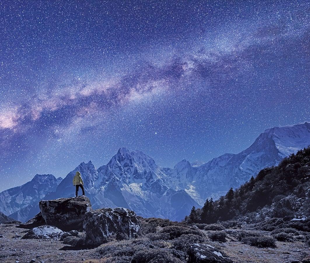 研究發現,廣闊的銀河系中竟然也存在類似地表山脈的巨大天體結構。(ShutterStock)