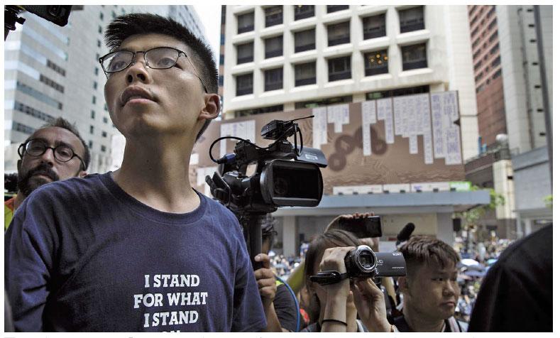 黃之鋒對媒體表示:「我們永遠不會在共產政權的高壓統治下屈服。」(Getty Images)