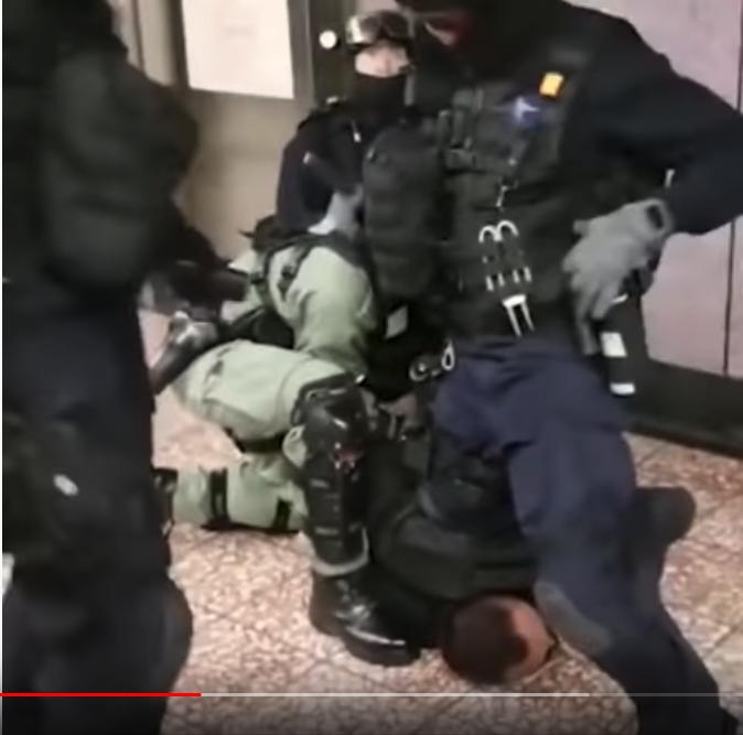 可以看到警察整個身體的重量壓在男子的頸部(Soc Rec)