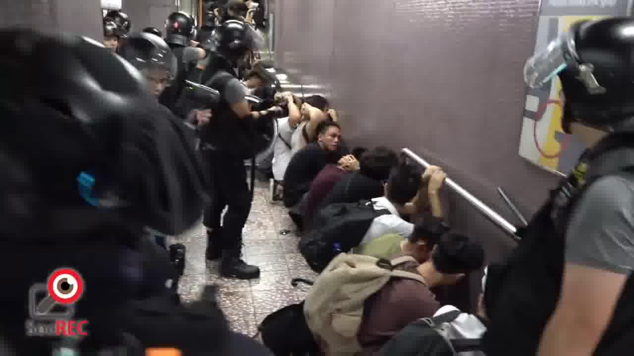 8月31日晚大批港警闖入太子站內瘋狂抓人。(視頻截圖)