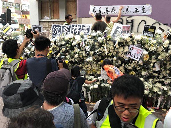9月7日傍晚,港鐵太子站仍舊有民眾前來獻花,聚集。圖為民眾貼上「生要見人 死要見屍」橫幅。 (余天佑/大紀元)