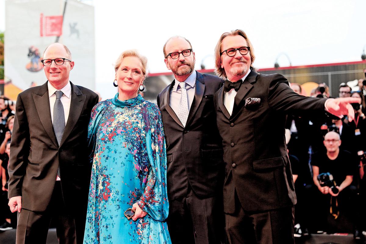 9月1日,電影《洗鈔事務所》導演、主演及原著作者出席了威尼斯影展的記者招待會。圖中從左至右為原著作者傑克伯恩斯坦、主演梅麗史翠普、導演史蒂芬索德柏及男主角蓋瑞歐德曼。(Getty Images)