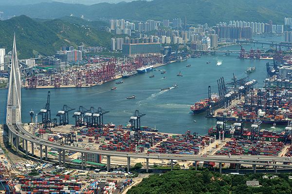 考慮到近期香港的示威事件,以及中港日趨緊密的社會、政治和經濟聯繫。評級機構惠譽日前將香港信用評級由「AA+」降至「AA」,評級展望由「穩定」轉為「負面」。圖為香港港口。(香港海運港口局網頁)
