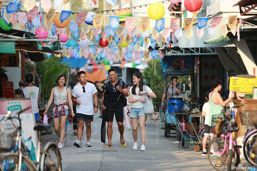 今年花燈節共有超過一千盞手繪燈籠懸掛在大澳的大街上。漫步花燈下,別有一番情調。(陳仲明/大紀元)