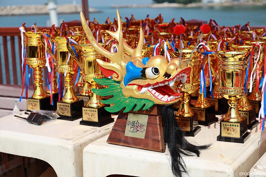 冠軍獎盃為一個特別的龍頭,每一個獎盃的底座更印上了大澳風景畫。(陳仲明/大紀元)