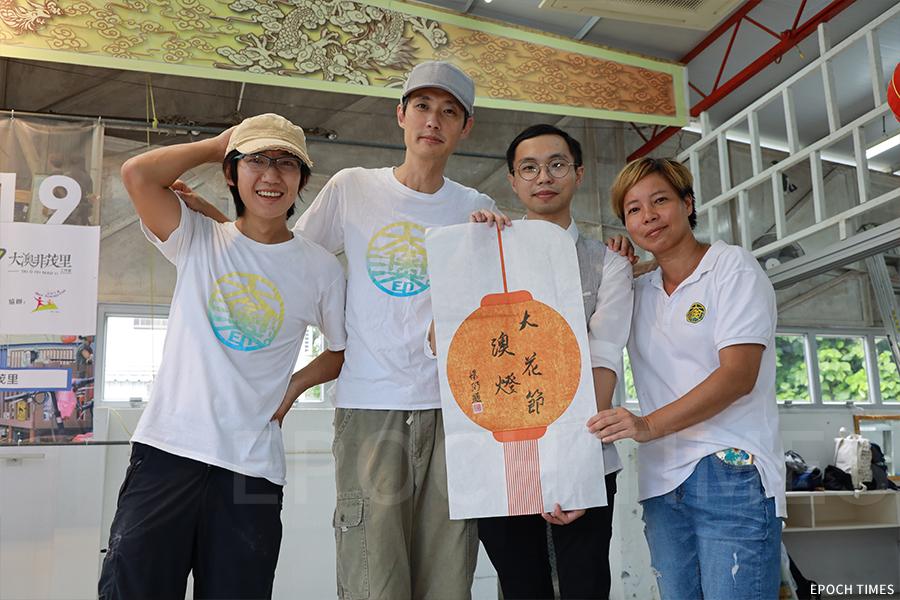 香港青年書畫家黃憬珩(右二)為「大澳非茂里」送贈畫作。(陳仲明/大紀元)