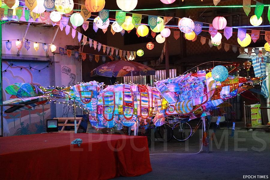 阿維繼去年製作大型錦鯉花燈後,今年再創作大蝦燈籠,喻意為「哈哈哈」歡樂氣氛。(陳仲明/大紀元)