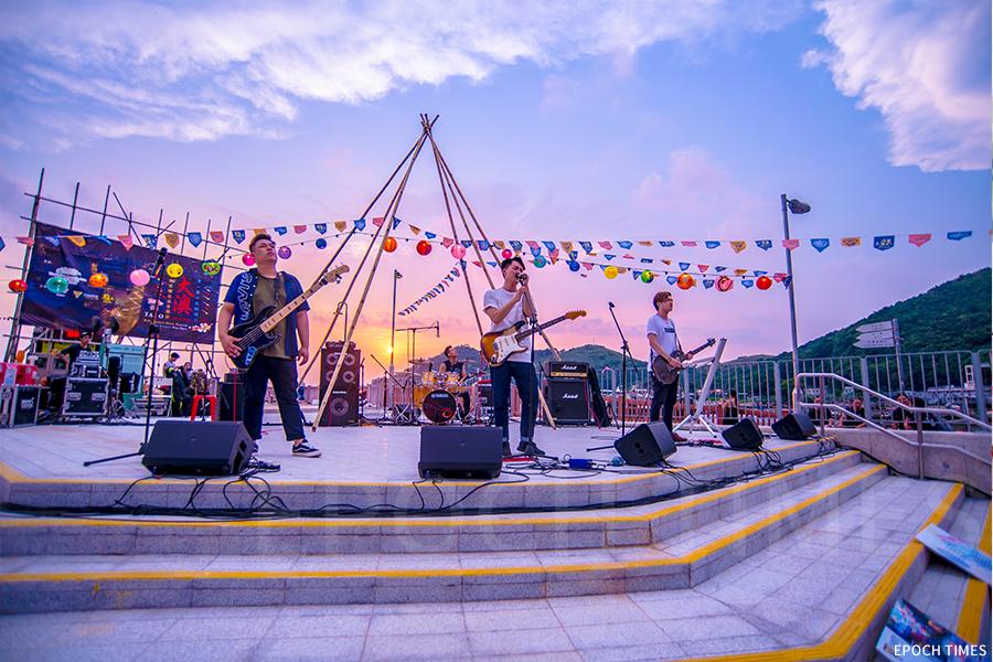 龍舟賽結束後,在大澳碼頭舉辦音樂節。(受訪者提供)