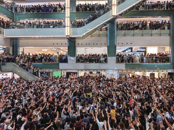 大批市民昨晚聚集在沙田新城市廣場各層合唱《願榮光歸香港》。(余天佑/大紀元)