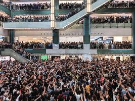 市民聚集多區商場 合唱反修例歌曲高叫口號