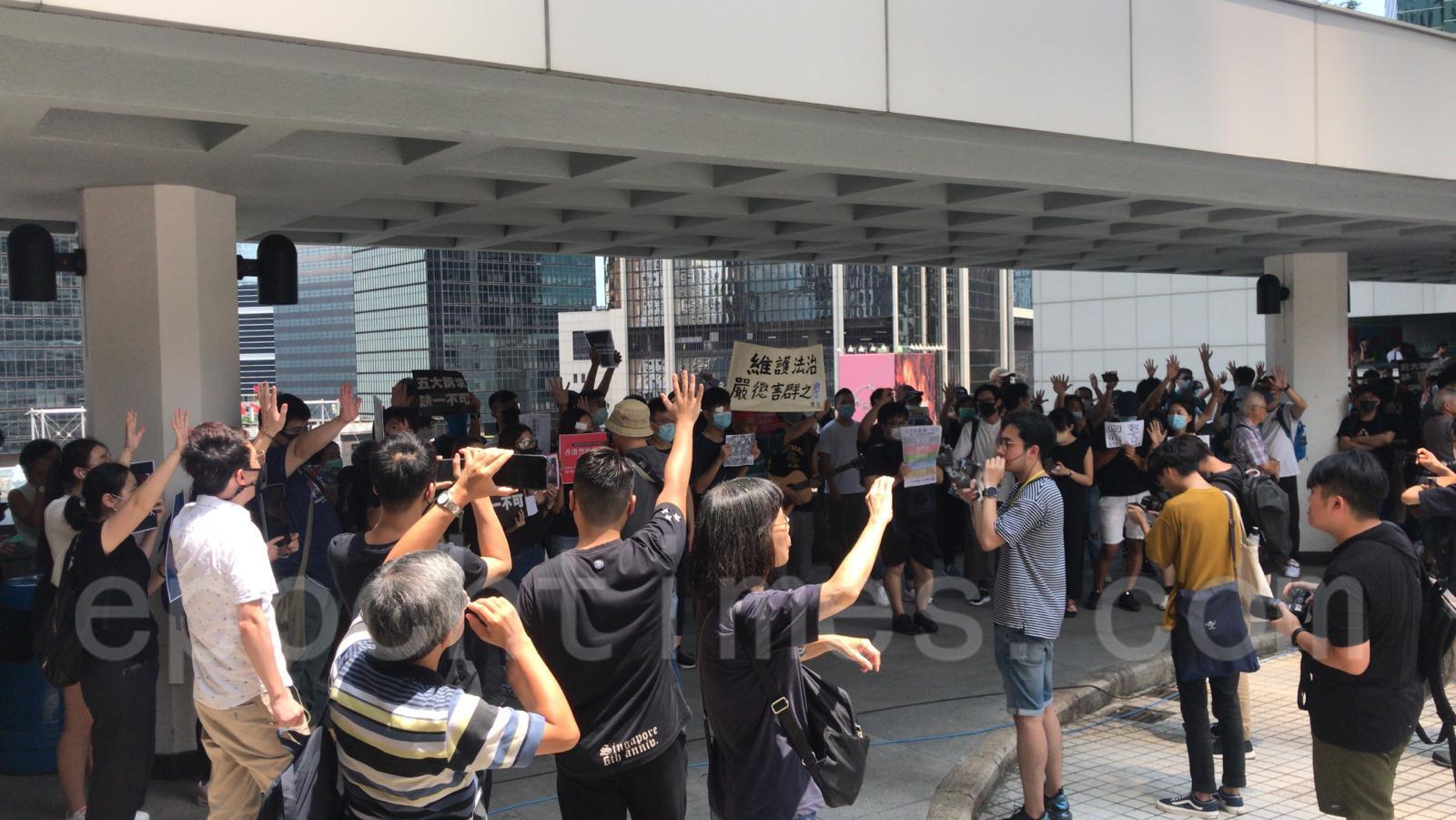今早大批市民到場支持,他們組成人鏈,在現場喊口號,黑警 還眼,五大訴求 缺一不可,沒有暴徒 只有暴政,香港人 加油!(黃曉翔/大紀元)