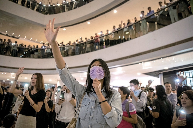 12日晚,大批市民聚集在國際金融中心商場中庭及各樓層,唱歌叫口號爭取五大訴求。(Chris McGrath/Getty Images)