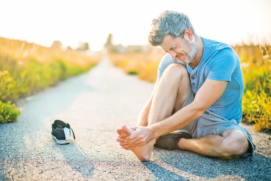 腳踩地像針扎? 3招改善足底筋膜炎