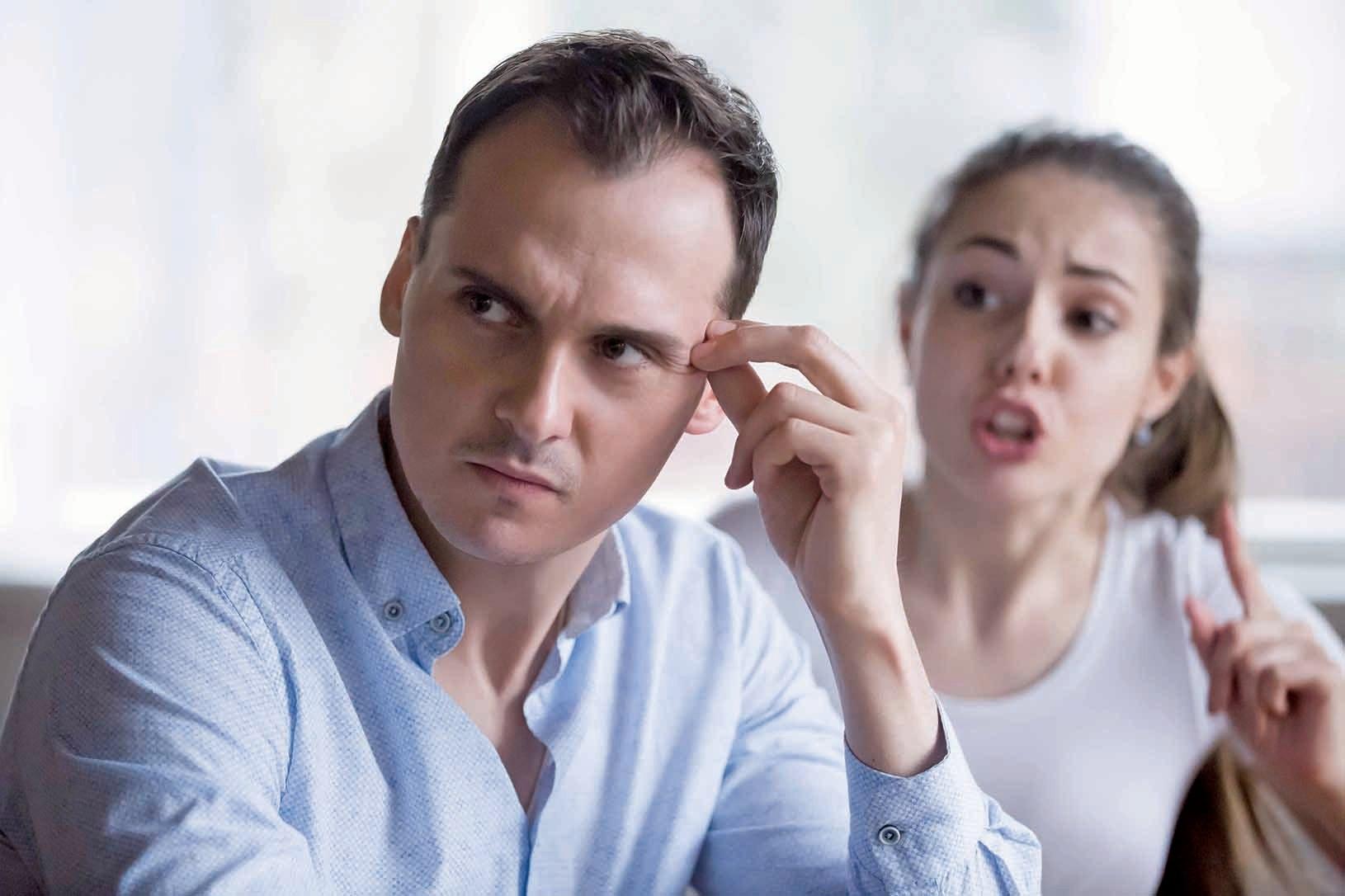 施虐者的情緒波動和爆發是不穩定的,周圍的人因為無法預測,卻又害怕遭到苛責而開始猜測施虐者會說或會做的事情。(Illustration – Shutterstock)